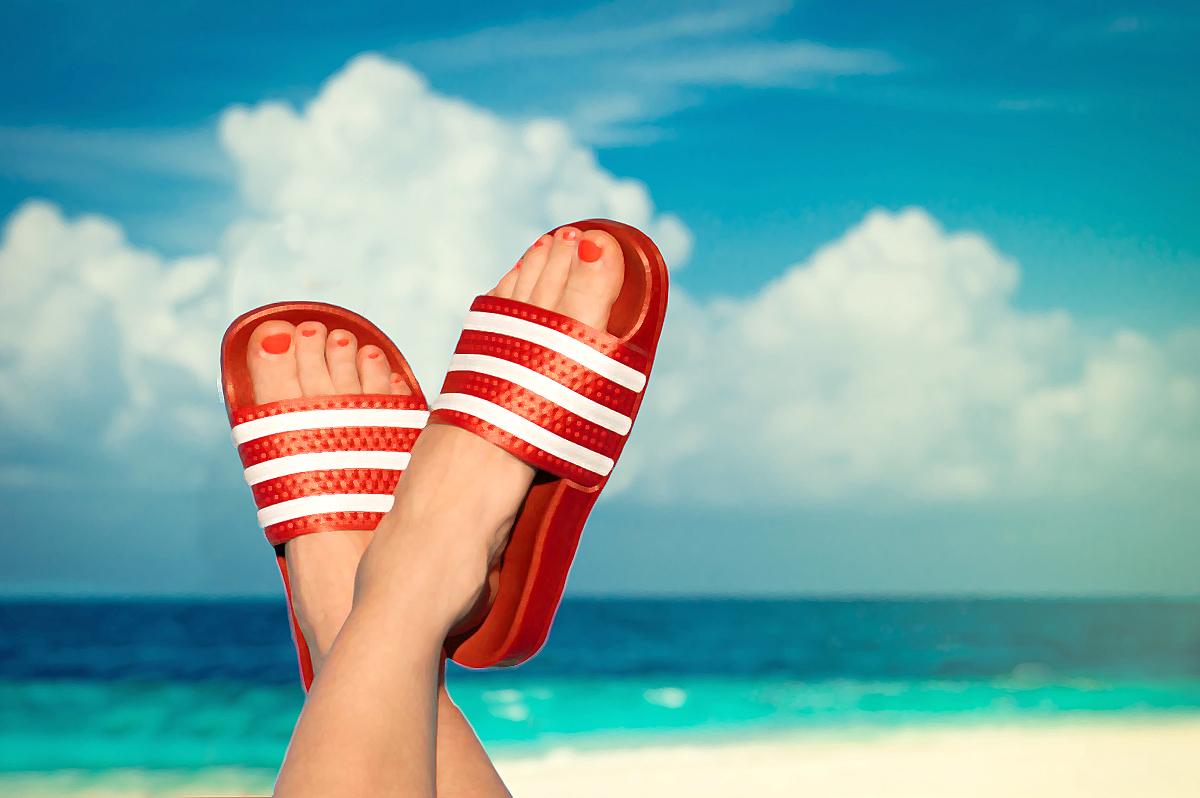 62fab769d29 Ir a la playa con estilo  Hazlo con las sandalias de moda para este ...