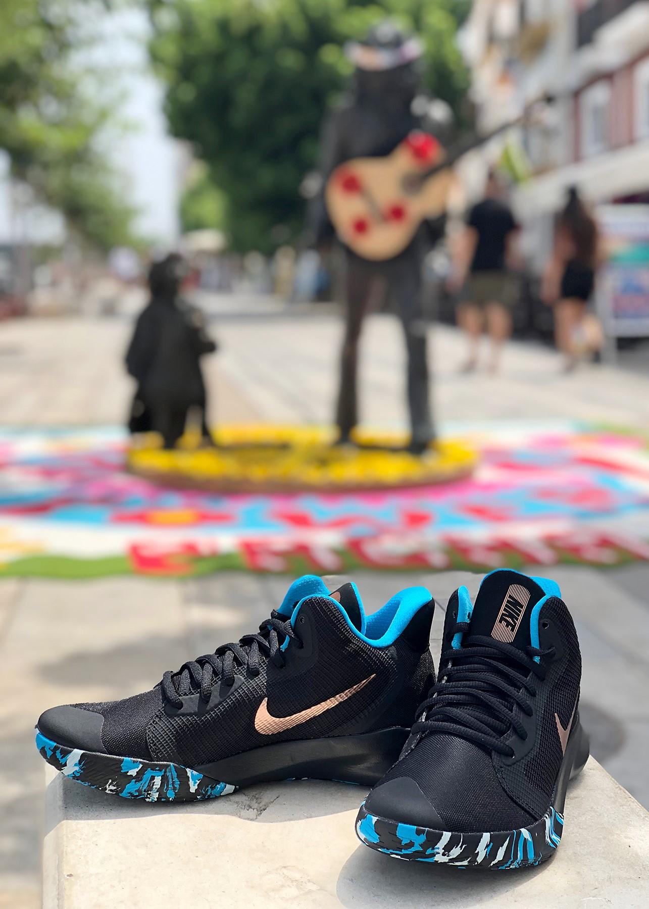 zapatillas-nike-estatua-hippies